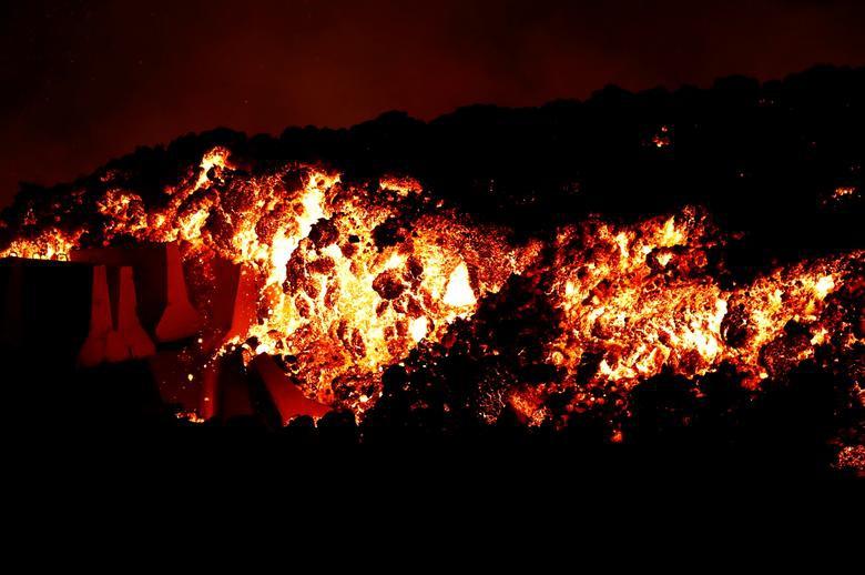 Núi lửa Tây Ban Nha phun dung nham 1.000 độ C nuốt chửng nhà cửa - 6