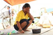 Người dân khóc ròng bên đống đổ nát sau cơn bão số 12 Damrey