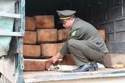 Thấy kiểm lâm, tài xế chở gỗ lậu ngụy trang dưới phế liệu bỏ chạy
