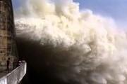 Nước lũ đổ về dồn dập, thủy điện Hòa Bình mở cùng lúc 4 cửa xả đáy