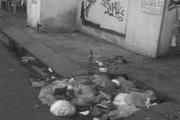 """Dân """"tiện tay xả rác"""" gây ngập úng ở TP. HCM"""