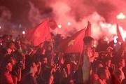 Người hâm mộ đổ ra đường mừng chiến thắng của tuyển Việt Nam