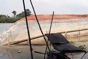 Sà lan chở 500 tấn đá lật trên sông Đồng Nai, 5 người thoát chết