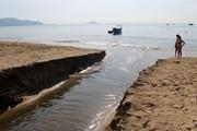 Nước thải đen ngòm đổ ra biển Nha Trang