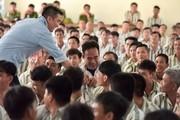 Đàm Vĩnh Hưng mang Xuân vào cho những phạm nhân ở trại giam