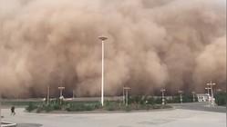 Bão cát khổng lồ nhấn chìm cả một thành phố ở miền bắc Trung Quốc