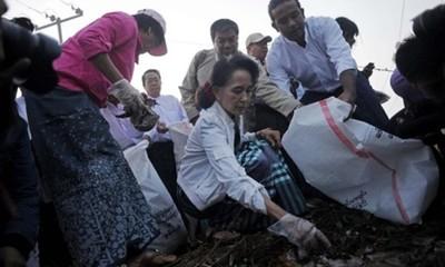 Myanmar: Bà Aung San Suu Kyi xuống đường nhặt rác