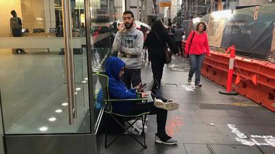 10 ngày nữa iPhone 8 mới bán: Đã có người xếp hàng ở cửa hàng Apple