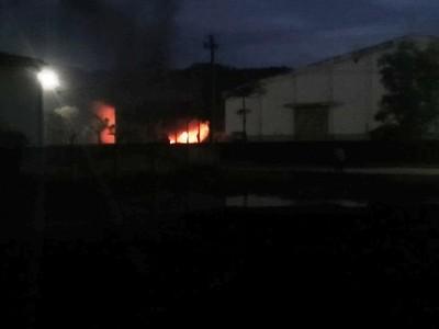 Hai xe bồn đang tiếp nhiên liệu ở nhà máy cồn bất ngờ bốc cháy lớn