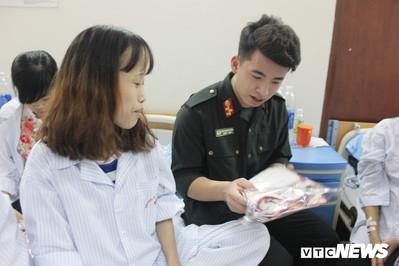 Chiến sĩ CS cơ động tặng áo dài cho nữ bệnh nhân trước ngày 8/3