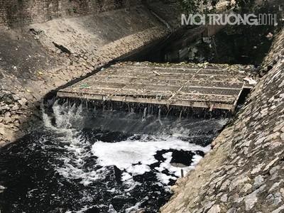 Vì sao sông Tô Lịch đen kịt trở lại sau khi ngưng xả nước từ hồ Tây?