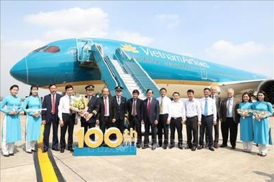 Phó Thủ tướng dự Lễ đón chiếc máy bay thứ 100 của Vietnam Airlines