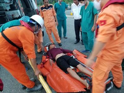 Hơn 20 giờ vượt sóng lớn cứu ngư dân gặp nạn ở quần đảo Hoàng Sa