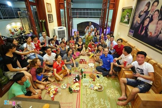 Gia đình Văn Toàn đón dân làng đến xem trận tứ kết ASIAD